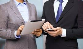 Deux hommes d'affaires avec le PC de smartphone et de comprimé Photographie stock libre de droits