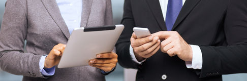 Deux hommes d'affaires avec le PC de smartphone et de comprimé Images stock