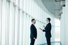 Deux hommes d'affaires ayant la réunion informelle photos stock