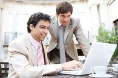 Hommes d'affaires se réunissant en café. Photo stock
