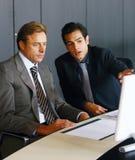 Deux hommes d'affaires concentrés images libres de droits