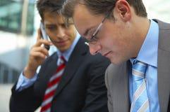 Deux hommes d'affaires concernés Images libres de droits