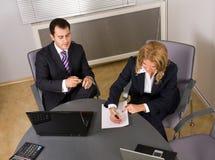 Deux hommes d'affaires contemporains lors d'un contact Photographie stock libre de droits