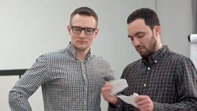 Deux hommes d'affaires déchirant un document ou un contrat Photographie stock