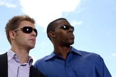 Deux hommes d'affaires dans des lunettes de soleil image libre de droits