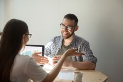 Deux hommes d'affaires discutant des détails d'un contrat Photographie stock