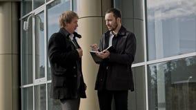 Deux hommes d'affaires discutant quelque chose images stock