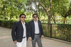 Deux hommes d'affaires en parc Photographie stock libre de droits