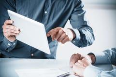 Deux hommes d'affaires lors d'une réunion Image stock