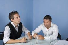 Deux hommes d'affaires lors du contact Image stock
