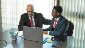Deux hommes d'affaires multi-raciaux se serrent la main en l'honneur d'une affaire dans le bureau dans le mouvement lent banque de vidéos