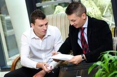 Deux hommes d'affaires parlant d'un projet Photographie stock