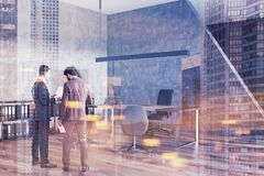 Deux hommes d'affaires parlant dans un bureau du directeur Image stock