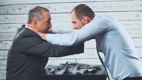 Deux hommes d'affaires partagent le clivage l'argent Discutez et combattez On veut étrangler l'autre pour l'argent Concept d'avid banque de vidéos