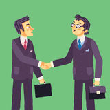 Deux hommes d'affaires réussis de sourire faisant l'accord et la poignée de main après négociation Image libre de droits