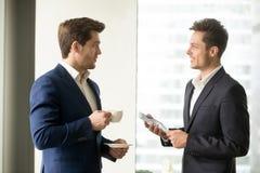 Deux hommes d'affaires réussis discutant des affaires Photographie stock libre de droits