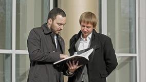 Deux hommes d'affaires regardant des papiers images libres de droits