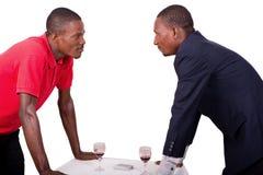 Deux hommes d'affaires regardant l'un l'autre avec la tension image libre de droits