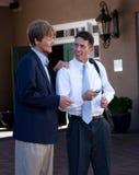 Deux hommes d'affaires regardant le message. Photo libre de droits