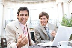 Hommes d'affaires se réunissant en café. Images libres de droits