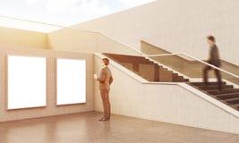 Deux hommes d'affaires s'approchent de l'escalier dans le bâtiment Photographie stock libre de droits