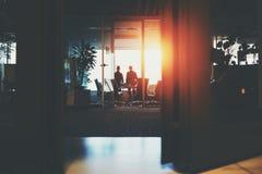 Deux hommes d'affaires s'approchent de la fenêtre image stock