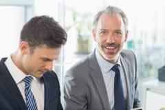 Deux hommes d'affaires s'asseyant les uns avec les autres photos libres de droits