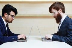 Deux hommes d'affaires s'asseyant vis-à-vis d'un un autre Images libres de droits