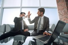 Deux hommes d'affaires se donnant de hauts cinq Image libre de droits
