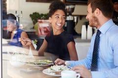 Deux hommes d'affaires se réunissant pour le déjeuner dans le café Photo stock