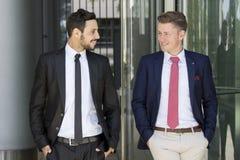 Deux hommes d'affaires se saluant dehors Photographie stock libre de droits