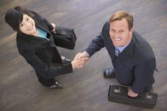 Deux hommes d'affaires se serrant la main à l'intérieur le sourire photos libres de droits