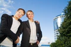 Deux hommes d'affaires se serrant la main image stock