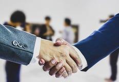 Deux hommes d'affaires se serrant la main après des négociations réussies photos libres de droits