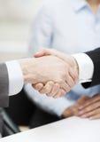 Deux hommes d'affaires se serrant la main dans le bureau Photographie stock