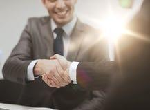 Deux hommes d'affaires se serrant la main dans le bureau Image libre de droits