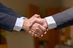 Deux hommes d'affaires se serrant la main dehors photographie stock