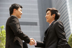 Deux hommes d'affaires se serrant la main en dehors de bureau Photo libre de droits