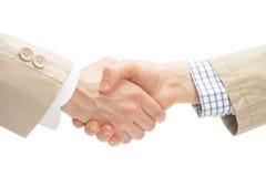 Deux hommes d'affaires se serrant la main - fermez-vous vers le haut du tir de studio images stock