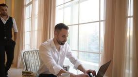 Deux hommes d'affaires travaillant dans le bureau à l'ordinateur portable banque de vidéos
