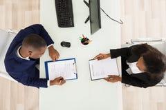 Deux hommes d'affaires travaillant dans le bureau Images libres de droits