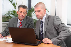 Deux hommes d'affaires travaillant ensemble sur un projet photographie stock libre de droits