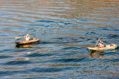Deux hommes dans des canoës de pirogue sur le lac Atitlan, Guatemala image libre de droits