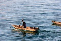 Deux hommes dans des canoës de pirogue sur le lac Atitlan, Guatemala photographie stock libre de droits