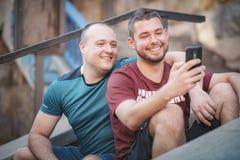 Deux hommes dans des relations un jour occasionnel dehors Photographie stock libre de droits