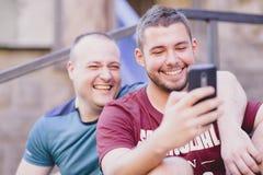 Deux hommes dans des relations un jour occasionnel dehors Image stock