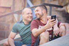 Deux hommes dans des relations un jour occasionnel dehors Images libres de droits