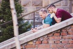 Deux hommes dans des relations un jour occasionnel dehors Photo libre de droits