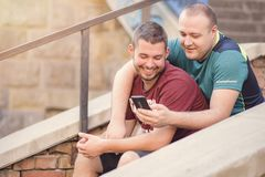 Deux hommes dans des relations un jour occasionnel dehors Photographie stock
