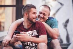 Deux hommes dans des relations un jour occasionnel dehors Photo stock